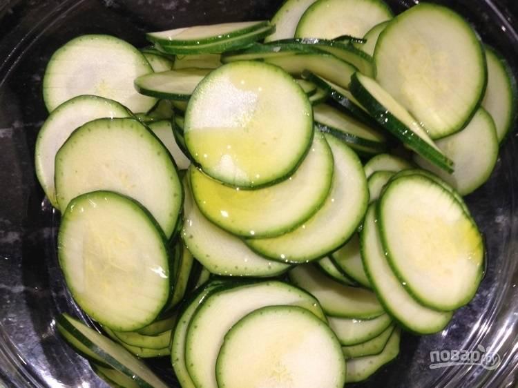 3.В миску к цуккини добавьте растительное масло и перемешайте.