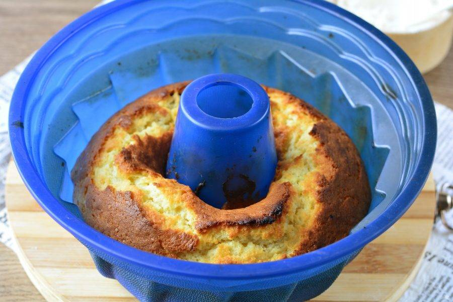 Выпекайте кекс в духовке 35 минут при температуре 180 градусов. Кекс должен подрумяниться, может немного потрескаться сверху. Проверьте готовность зубочисткой, при прокалывании кекса она должна быть сухой.
