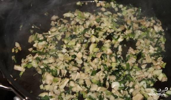 В сковороду с зеленью добавить нарезанные ножки грибов и помешивая тушить 15 минут. Добавить соли по вкусу. Выложить в чашку.