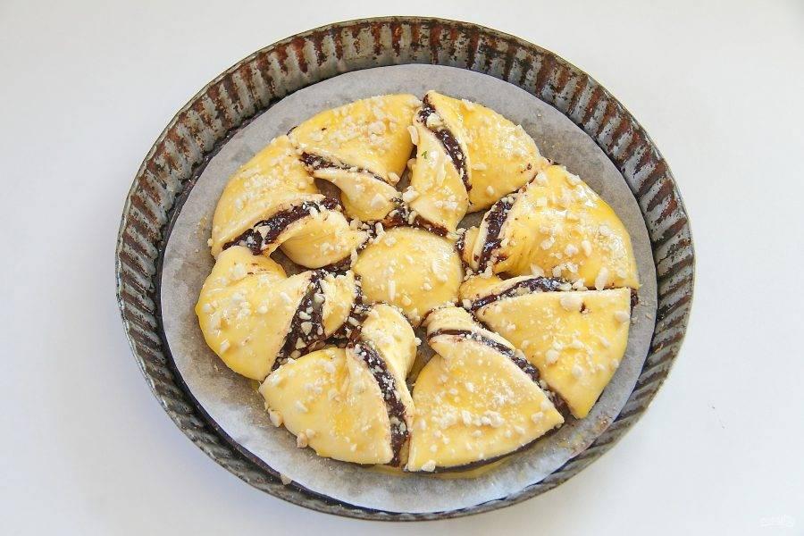 8. Смажьте поверхность желтком и посыпьте оставшимися орехами.