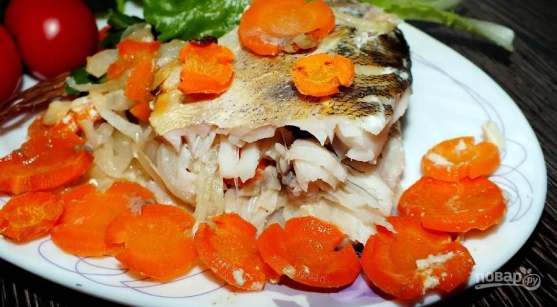 Духовку разогрейте до 190 градусов, запекайте рыбу 45-50 минут.