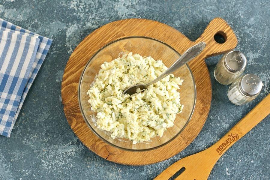 Сыр и яйца натрите на терке. Добавьте давленый чеснок, укроп и сметану. Посолите и поперчите.