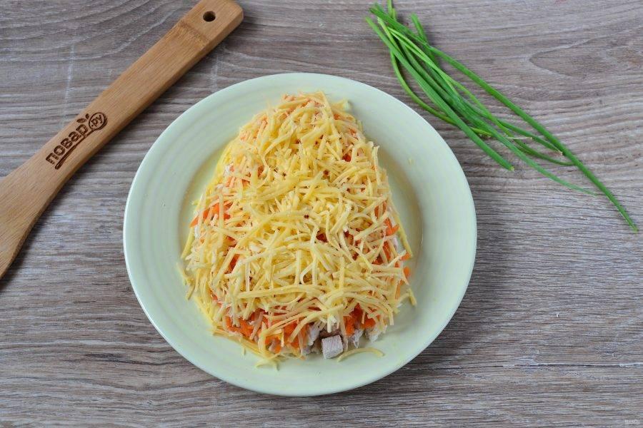 4. Сыр натрите на мелкой терке и выложите следующим слоем, покройте майонезом.