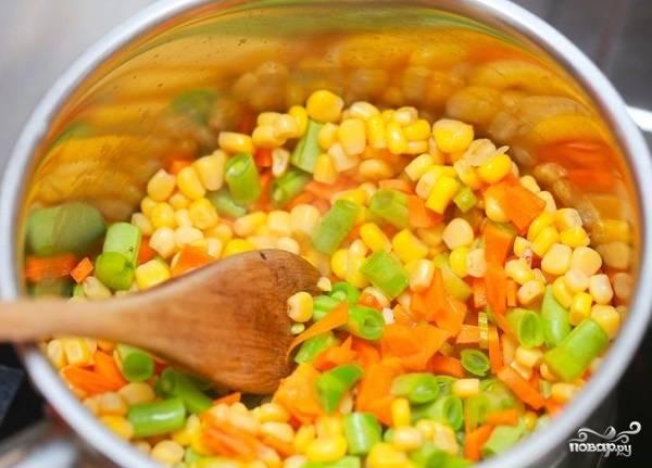 5. Добавьте в сотейник фасоль и зерна кукурузы.