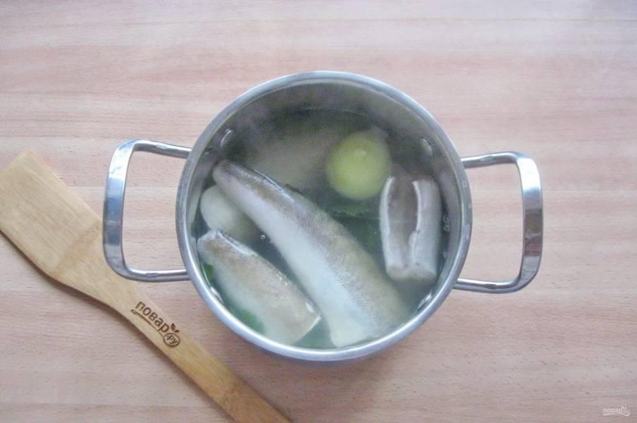 Хек очистите, выпотрошите и помойте внутри и снаружи. Добавьте в кастрюлю с овощным отваром. Посолите и поперчите по вкусу.