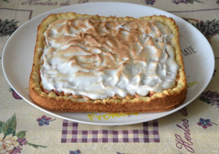 Готовый пирог переложите на блюдо.
