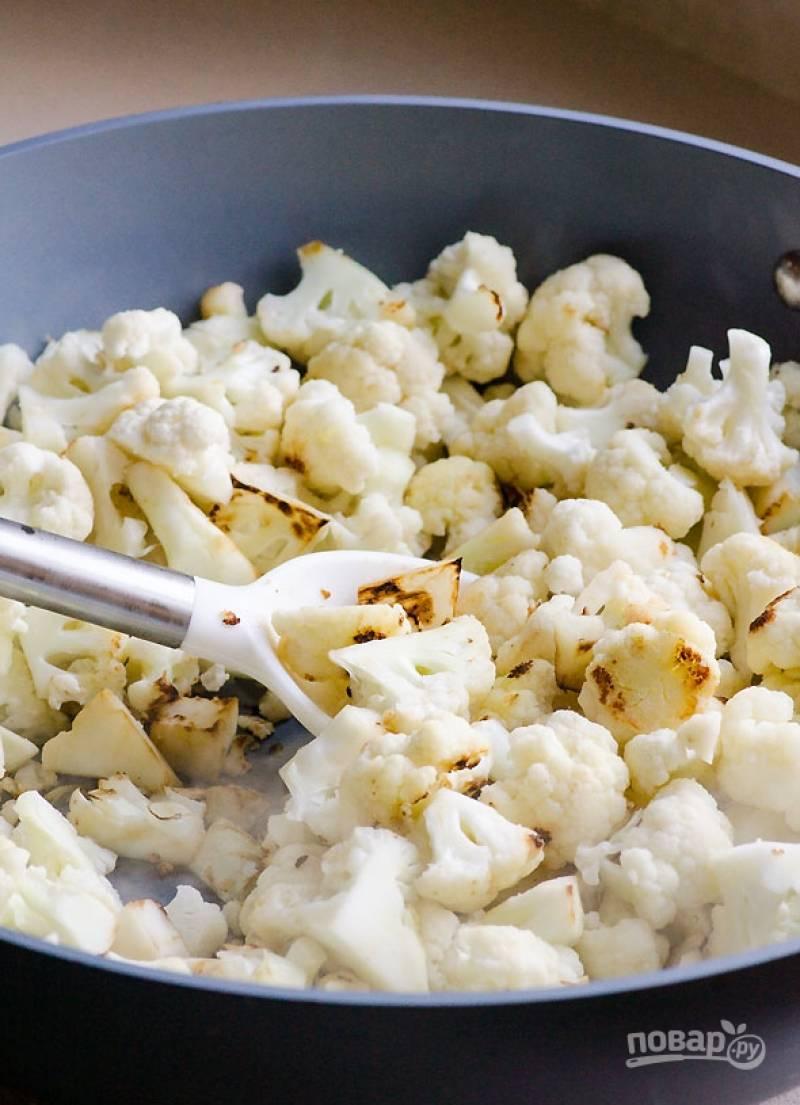 Пока маринуется курица, капусту помойте, разделите на соцветия и обжарьте на растительном масле в течение 5 минут.