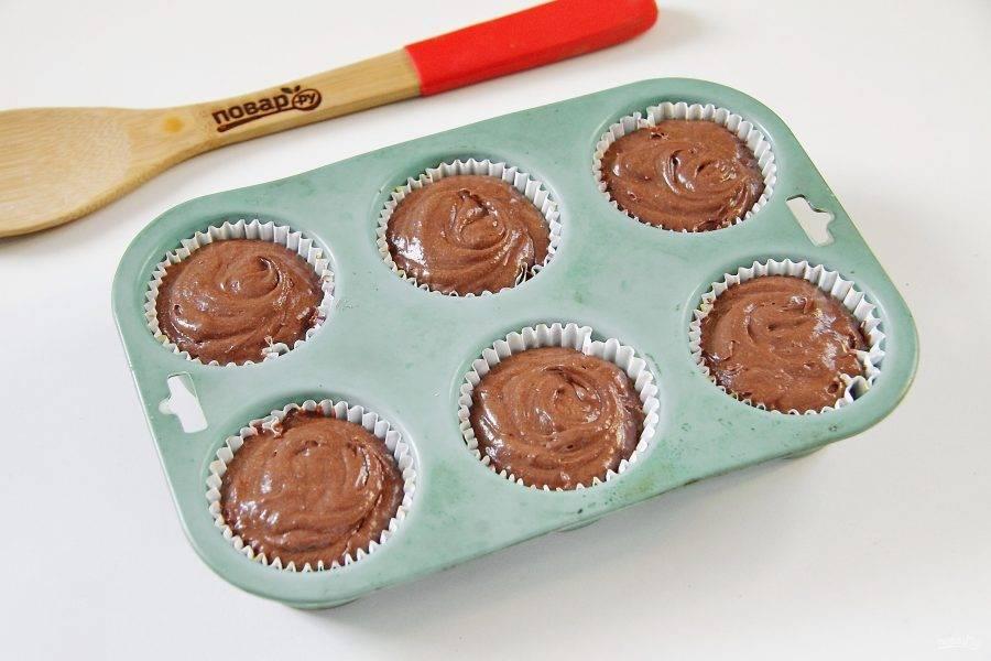 В формочки для кексов вставьте бумажные капсулы и заполните их тестом. Выпекайте при 180 градусов около 20 минут.