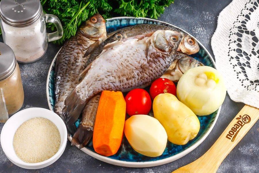 Подготовьте указанные ингредиенты. Любую рыбу очистите, выпотрошите и тщательно промойте. Если внутри нее есть черная пленка, вычистите ее. Корнеплоды очистите и промойте в воде.