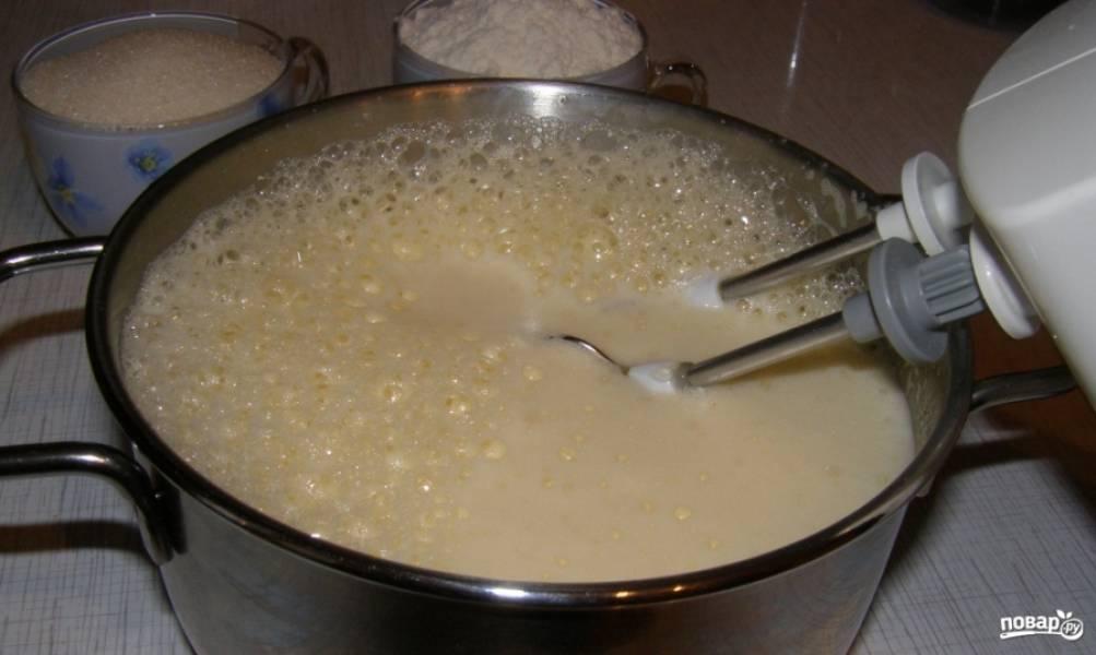 2. Для теста хорошо, долго и тщательно взбиваем яйца, понемногу растворяя в этой смеси весь сахар.
