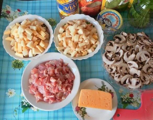 Отложите лук в сторону. Режем курицу, картошку, грибы, трем сыр.