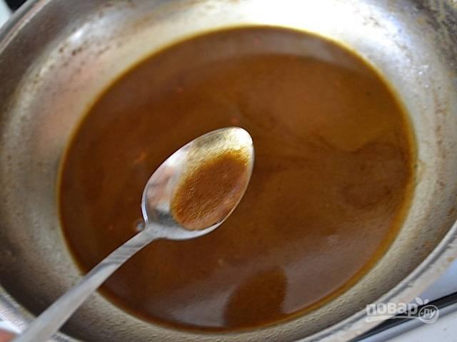 5.Приготовьте соус. Для этого в сковороду добавьте оставшуюся горчицу, коричневый сахар, оливковое масло и овощной бульон. Перемешайте и нагрейте соус на среднем огне, доведите его до кипения и готовьте в течение 15-20 минут.