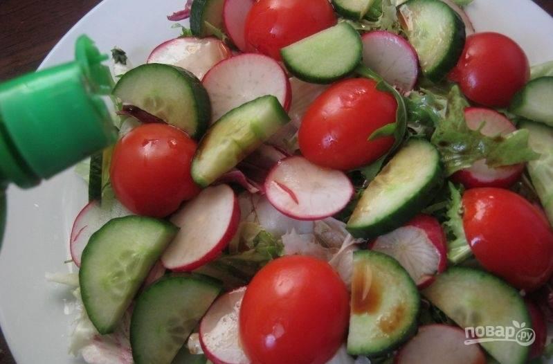 Заправьте салат соевым соусом, маслом, соком лимона, перцем и солью.