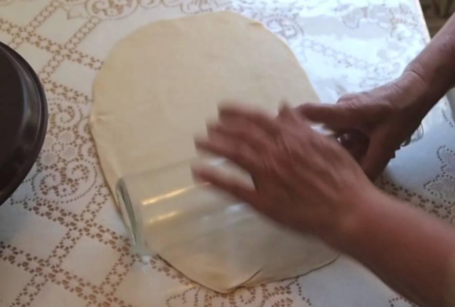 Делим тесто на 4 части. Каждую раскатываем. Круг должен получится тонким, но не прозрачным.