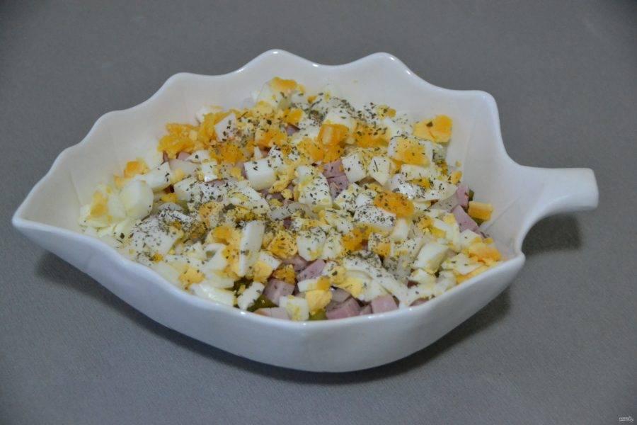 Мелким кубиком нарежьте яйца, выложите их в салат, добавьте свежие или сухие ароматные травы.