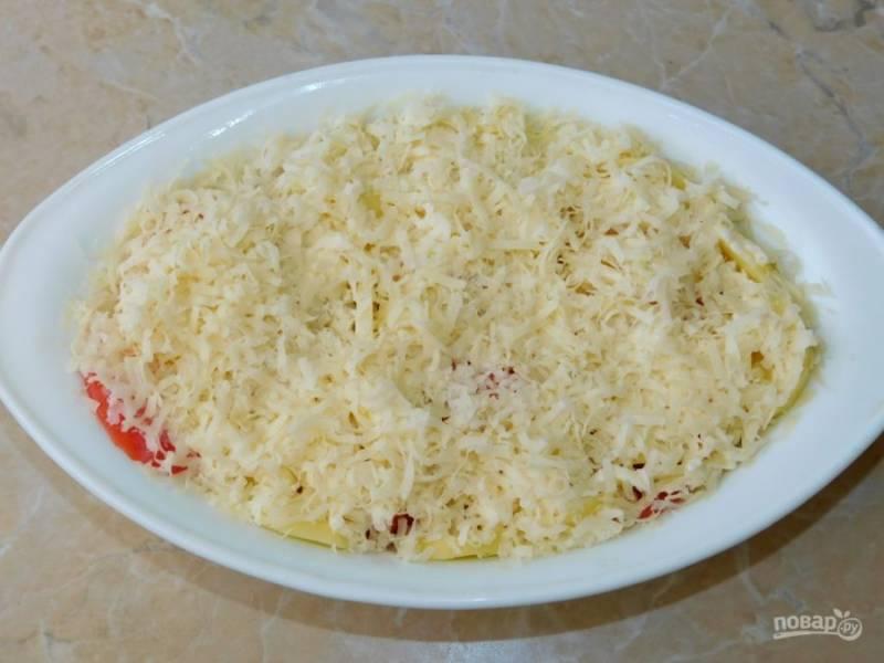 Полейте этой смесью картофель. Сверху посыпьте еще немного сыра. Поставьте в духовку при 180С минут на 40.