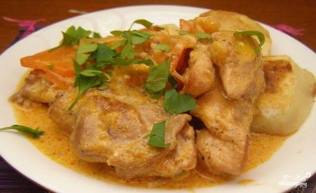Подавайте блюдо со свежей зеленью. Из гарнира лучше всего подойдёт жареный картофель.