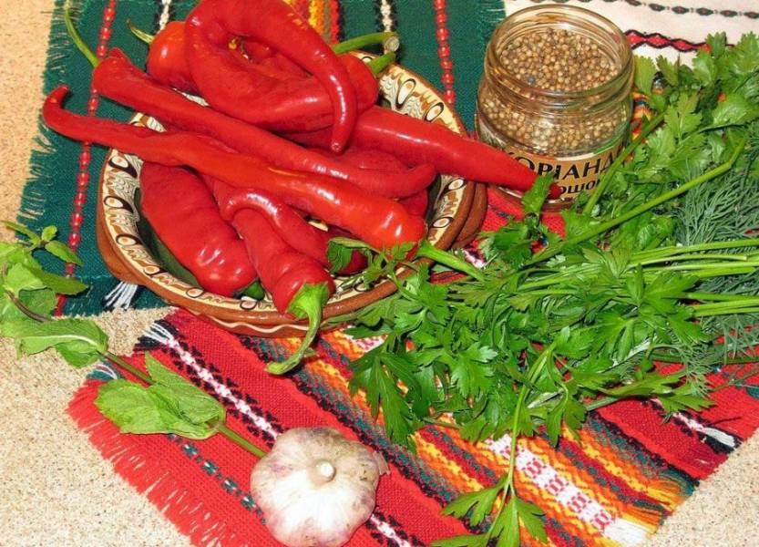 Итак, подготавливаем ингредиенты. Перец, естественно, должен быть только спелый, ярко красного цвета.