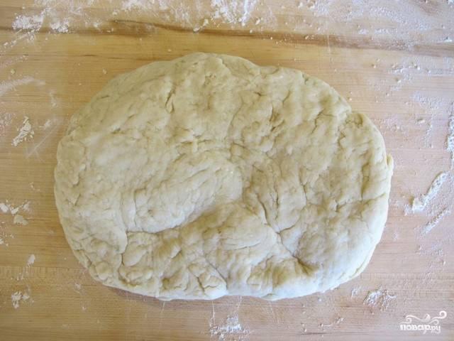 2. Выложите на рабочую поверхность, замесите плотное тесто, подсыпая по необходимости еще муку. Накройте чистым полотенцем и оставьте примерно на полчасика.
