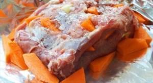 Плотно заворачиваем мясо в фольгу.