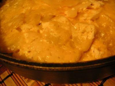 9. Когда мясо и картофель станут мягкими, можно снимать сковороду с огня и подавать блюдо к столу.