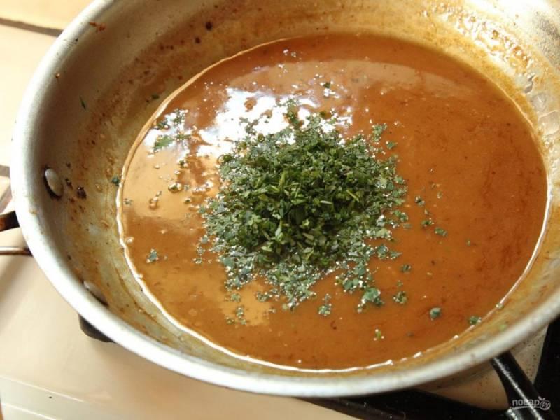 Добавьте в смесь порубленную зелень петрушки, сливочное масло, соевый соус, смешайте и варите до загустения.