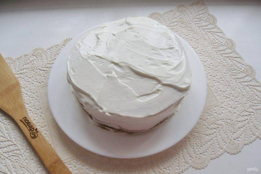 Так поступите со всеми коржами. Смажьте кремом бока торта.
