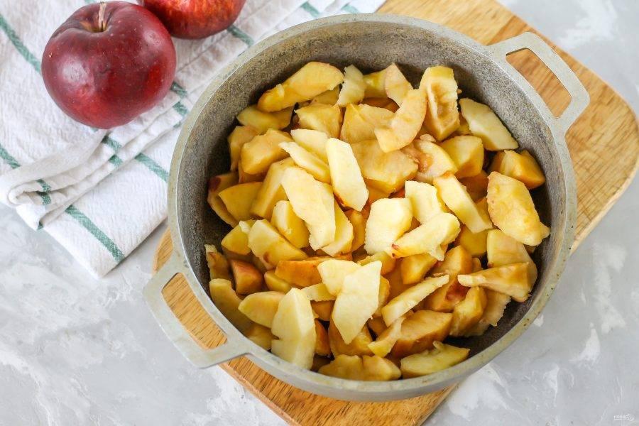 Яблоки очистите от кожуры, промойте в воде и срежьте с очищенных фруктов всю мякоть. Кожуру лучше всего не использовать, так как на сегодняшний день практически все яблочные плоды обрабатывают парафином. Выложите нарезку мякоти в ковш, казан или сотейник.
