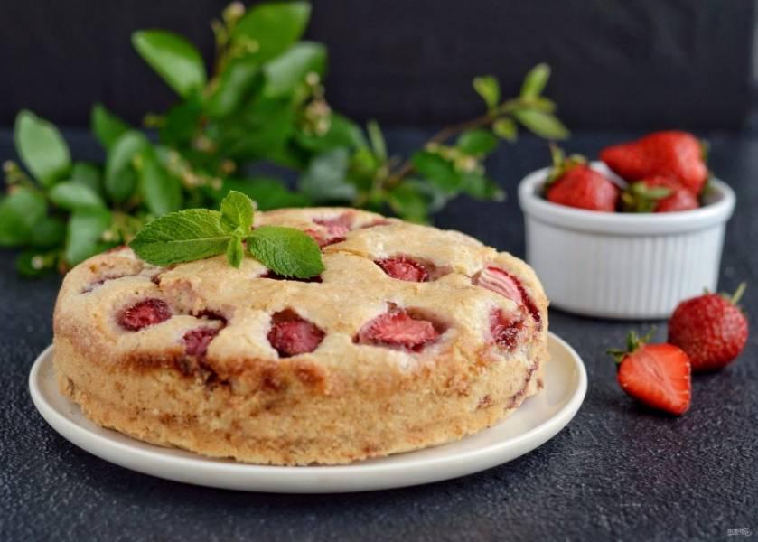 Постный пирог с клубникой готов, приятного аппетита!