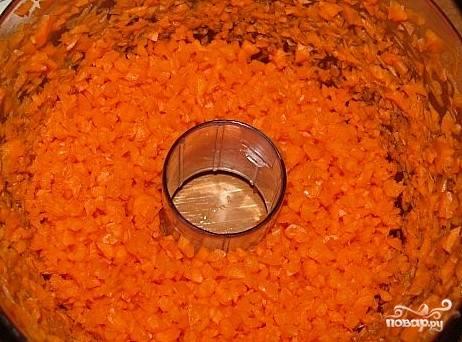 Измельчим морковь.