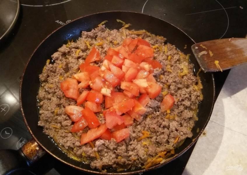 6.Через 2-3 минуты кладу томаты, перемешиваю.