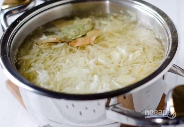 Через полчаса долейте в кастрюльку воду, отрегулировав густоту супа по своему усмотрению. Добавьте к нему специи, лавровый лист и соль. Дайте супу закипеть, выключите огонь и оставьте его настаиваться на несколько часов.