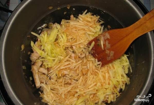 Яблоки натрите на крупной терке и добавьте к мясу.
