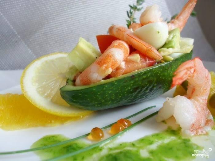 Готовый салат из авокадо с креветками и яйцом перед подачей выложите в лодочки из авокадо. Приятного аппетита!