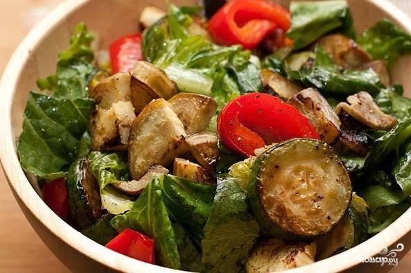 4. Обжарить кедровые орешки на сухой сковороде до румяного цвета. Посыпать орешками салат и теплым или охлажденным.
