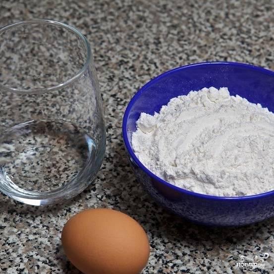 Подготовим ингредиенты: отделим яичные белки от желтков. Белки вам не понадобятся - в этом рецепте используются только желтки.