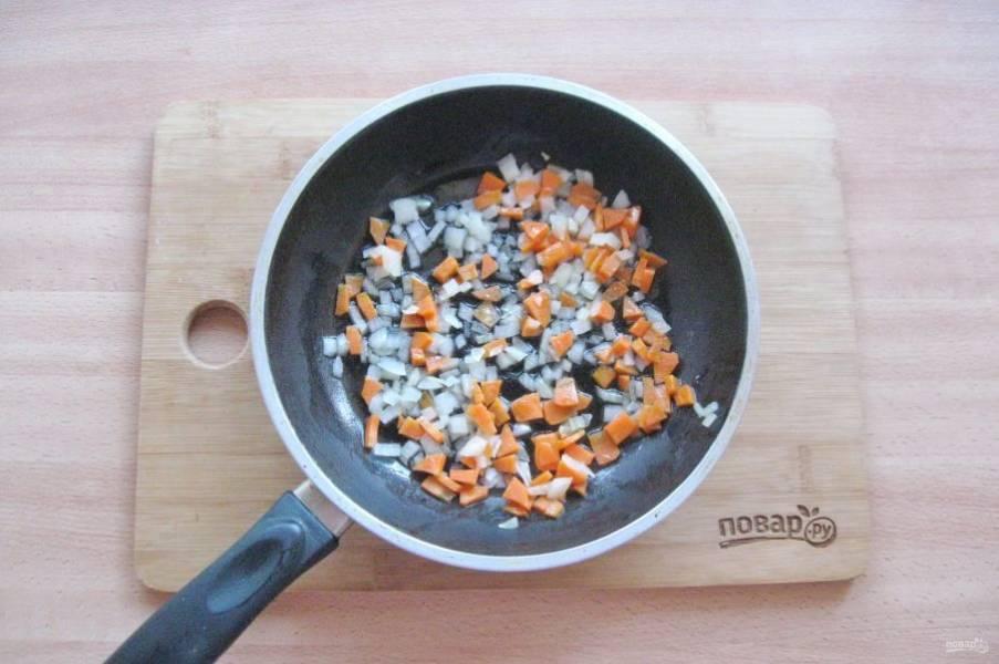 Налейте немного подсолнечного масла и слегка припустите эти овощи в течение 7-8 минут.
