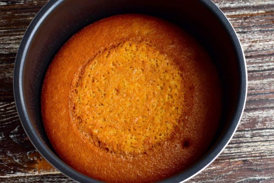 Готовность бисквита проверьте деревянной шпажкой. При прокалывании выпечки она должна оставаться сухой.