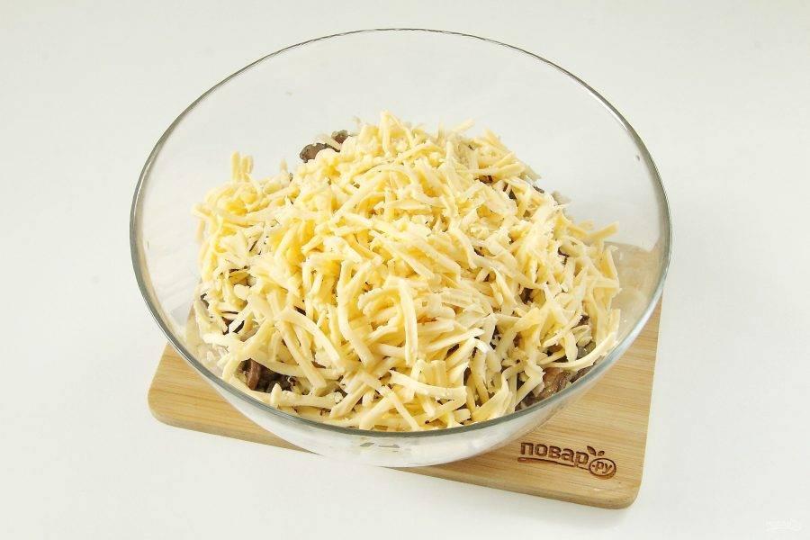 Часть сыра оставьте для украшения, большую часть натрите и добавьте к остальным ингредиентам.