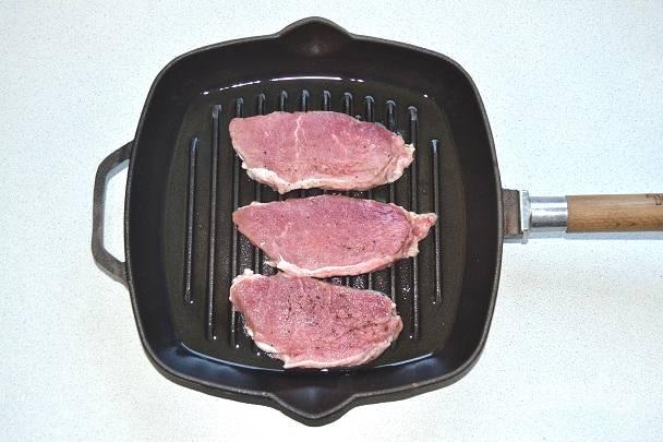 Выложите свинину и жарьте на среднем огне.