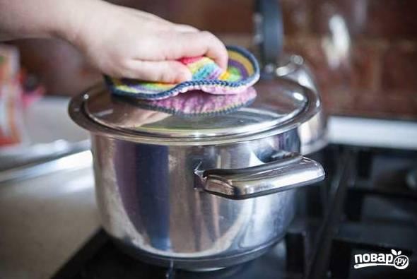 10. После снимите с огня, накройте крышкой и оставьте минут на 10-15, чтобы суп настоялся.  После можно разливать по тарелкам и подавать к столу.