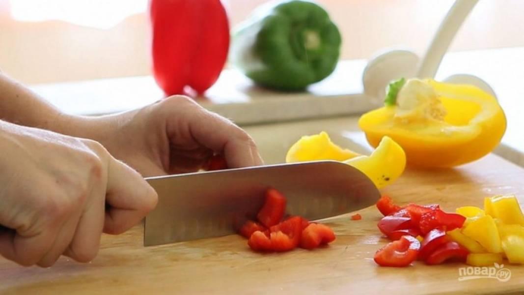 1. Все продукты помойте. Из перца удалите семена, перепонки и плодоножку. Мякоть нарежьте средними кубиками. Чеснок почистите.