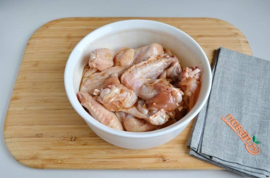 3. Замаринуйте мясо и держите в холодильнике под крышкой не менее 1 часа для крылышек, не менее 4 часов для целой тушки.