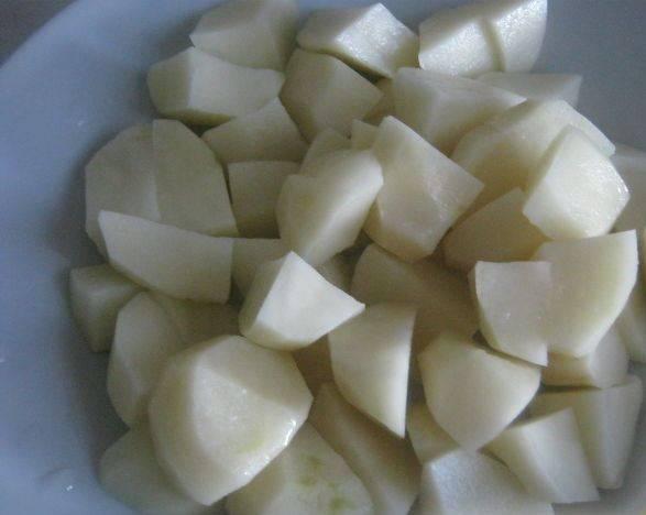 Режем картошку кубиками.