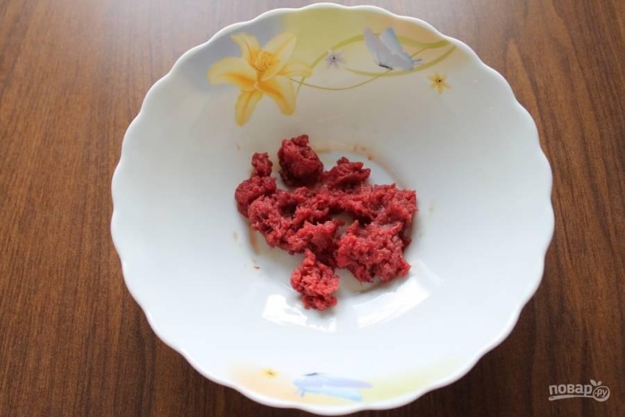 Если у вас нет готового фарша, то возьмите нежирный кусок мяса (идеально подойдет говядина), вымойте его, обсушите при помощи бумажных полотенец и пропустите через мясорубку несколько раз. Можно использовать блендер.
