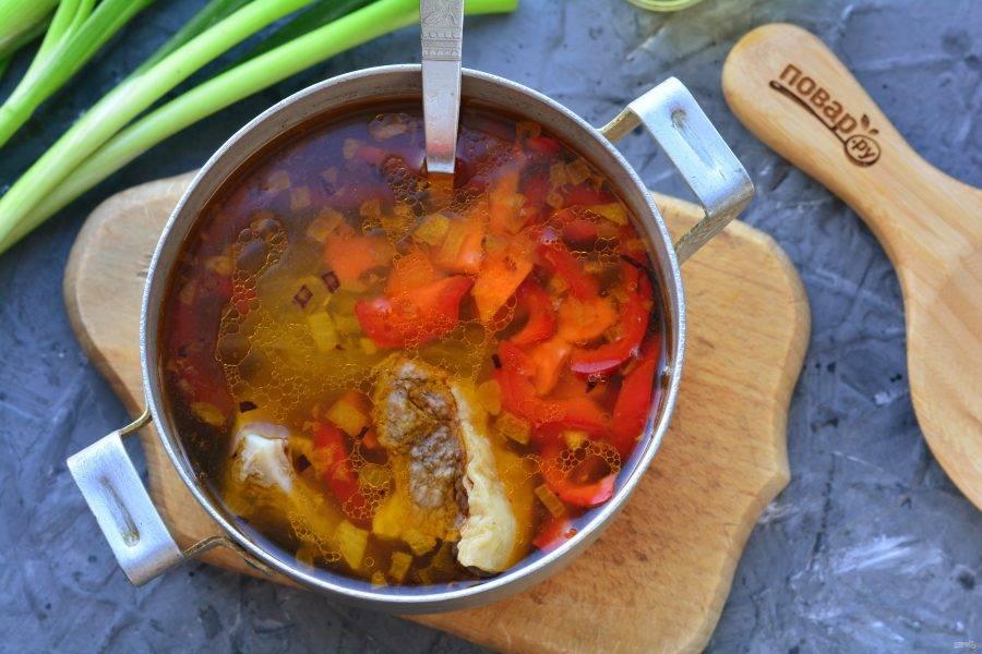 Следом всыпьте овощи, влейте соевый соус. Поперчите по вкусу, проварите суп еще 1 минуту.