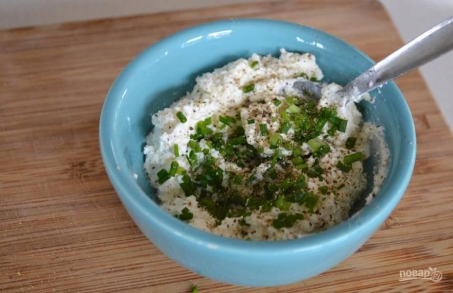 2.Смешайте в одной емкости сыр, черный перец и зеленый лук.