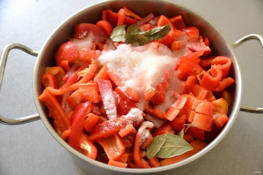 Выложите болгарский перец, добавьте соль, сахар, уксус, растительное масло и лавровый лист, тушите 15 минут с момента закипания.