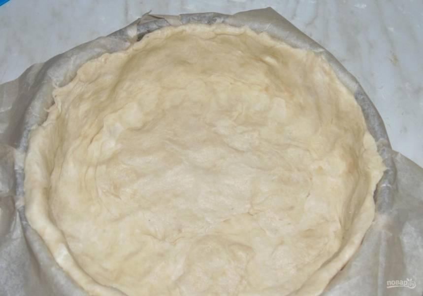10.Форму для выпекания застилаю пергаментом, затем выкладываю в нее охлажденное тесто, руками его разравниваю.