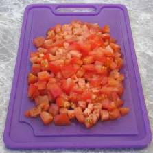 Кубиками нарезаем помидоры.